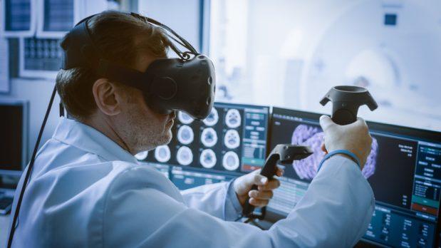 Médico visualizando una imagen de escáner en 3D utilizando la realidad virtual.